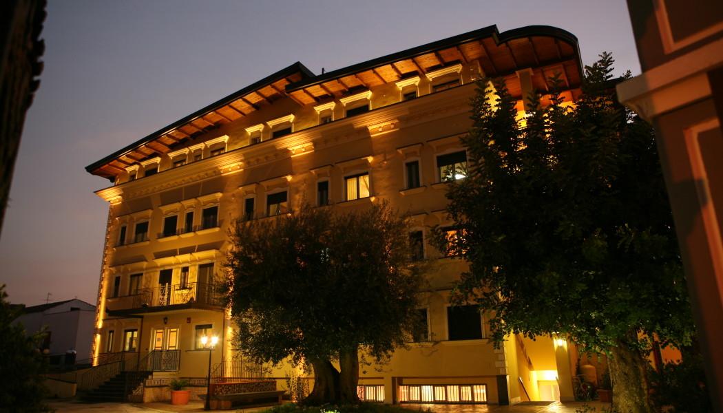 Una casa di riposo è un alloggio ammobiliato multi-residenza destinato agli anziani almeno parzialmente autosufficienti.